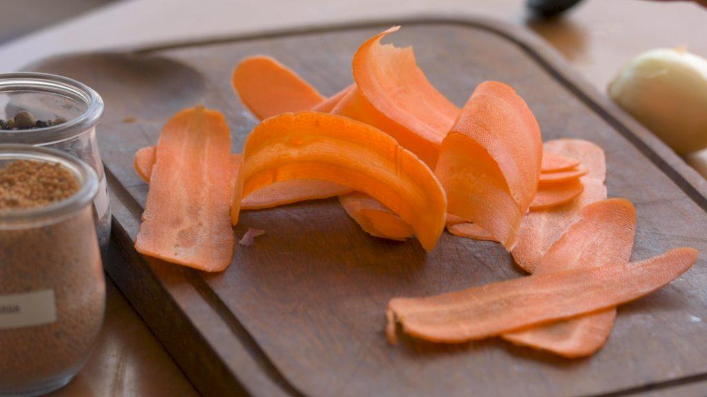 cenoura finamente fatiada no comprimento