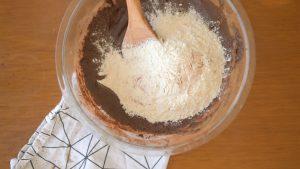 misturando a farinha na massa de cookies de chocolate