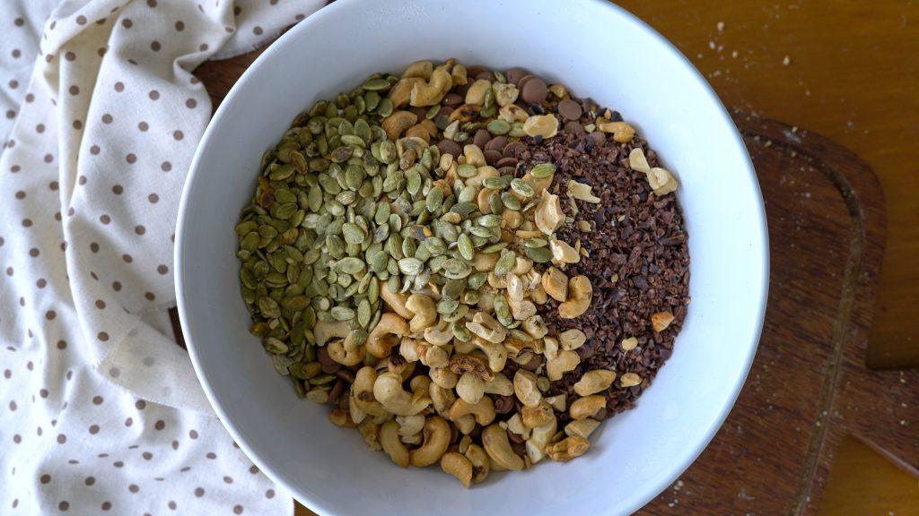 como fazer mingau de aveia com castanhas e sementes para um café da manhã completo
